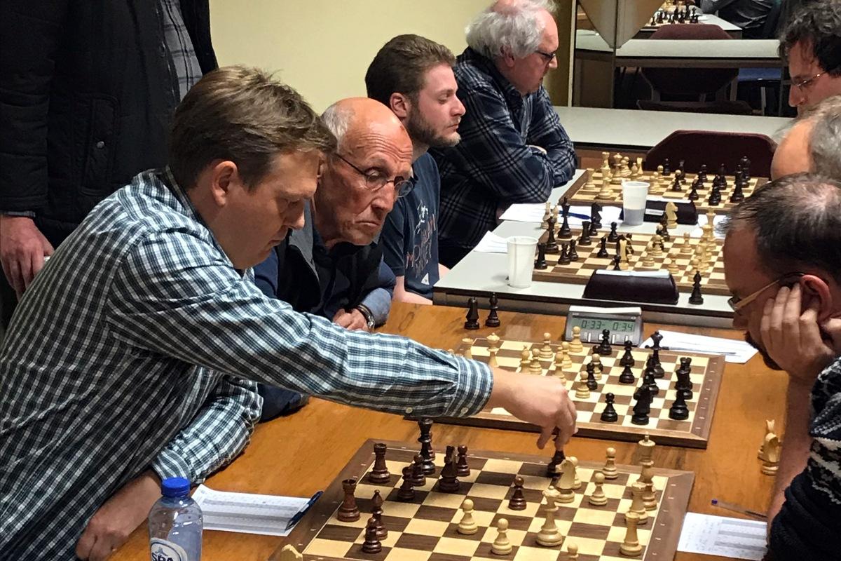 foto van Diederik, Walter, Stijn en Eric in opperste concentratie