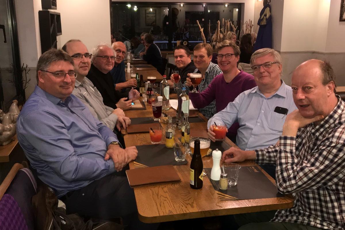Peter, Tom, Eric, Walter, Serge, Bernard, Yves, Diederik en Kjell in het restaurant